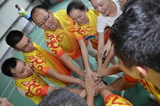 赛前一起鼓励加油-支付通公司参加海通集团2014年气排球大赛
