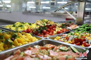 ...在橱窗里,很受学生欢迎.-武汉高校食堂推水果菜 焦点图片