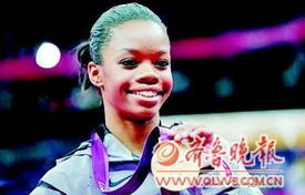 美国黑人小将道格拉斯在伦敦奥运会上夺得女子体操个人全能冠军.-...