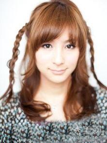 ...型如图,编好的细辫子就像两根小羊角辫,十分俏皮-两款韩式瘦脸编...