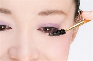 9.帮助睫毛/眉毛养护   很多人都认为用蓖麻油或维生素E油涂睫毛和眉...