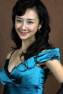 姐哥网欧美人体艺术-另一位引起观众注意的是一位身穿制服的美女,此人名叫李依晓,是一...