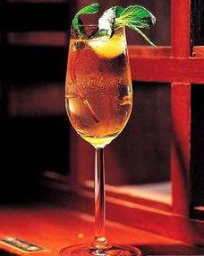 料是类似中药的草本植物,这一点很像中国的药酒,据说东南亚的酒友...