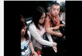 上海地铁猥琐男偷摸女子胸部 见女子不反抗多次下手
