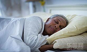 老头和老头睡觉-中老年人睡眠少 这几个方法帮你解决