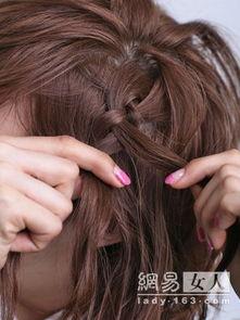 个亮色小皮筋把辫子缠住.   步   骤:   a. 首先用烫发钳拉直头发.   ...