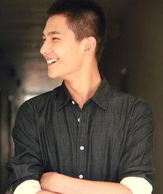 比如这样,标准完美的侧颜,笑起... 杨洋的头型很好,理平头干净帅气...
