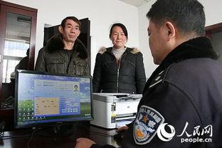 图为南京铁路公安处沭阳站派出所民警正在为旅客办理临时身份证明....