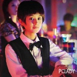 感满满   在电影《我们的十年》中,赵丽颖穿着制服扮演酒保,并配合...