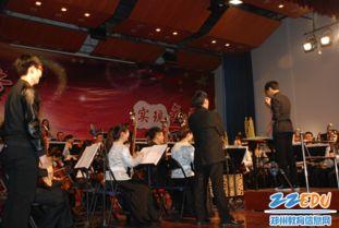 张跃指挥请学生上台指挥参加乐队互动-高雅艺术进校园 走进郑州市回...