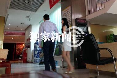 ...任老公一同现身北京民政局婚姻登记处领证结婚的画面.而在通过...