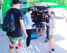 主持李冲录制节目亲自选食材 路人菜场偶遇赞其居家厨男