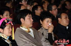 毕世祥同志的家属和现场机关党员干部、武警、学生和群众观看毕世祥...