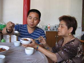 了一个61岁的老太太为妻.   今年1月,年龄相差27岁的喻军志和妻子...