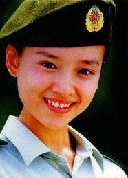 由战士歌舞团在大连特招入伍,后送入北京的解放军艺术学院了五年舞...