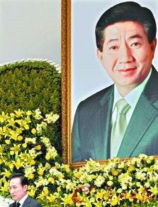 韩国现任总统李明博在哀悼卢武铉.-韩国前总统为何自杀