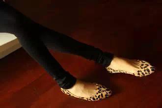 美鞋三、绑腿高跟凉鞋罪行:勒死脚啦   夹脚凉拖在行走时脚趾要在行...