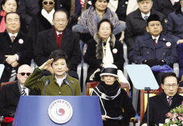 2月25日,韩国新任总统朴槿惠在就职仪式上敬礼. 新华社/路透-朴槿...