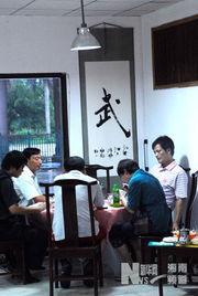 市滨海大道一家刚开业的餐厅内,服务员展示