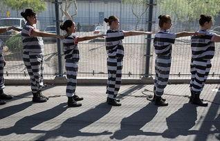 女囚们被脚镣链接在一起,每人之间的距离仅有9英尺(约合2.74米)...