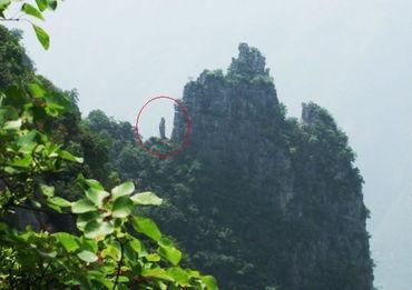 红圈中小山峰传说爲神女瑶姬变化而成-神女峰