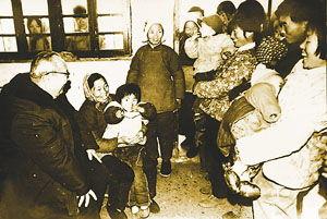 1981年费孝通第三次访问开弦弓村时的情景-一位学者与一个小村的世...