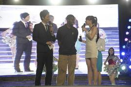 小布访京遭美女主播挑逗 踮脚跟与模特比身高