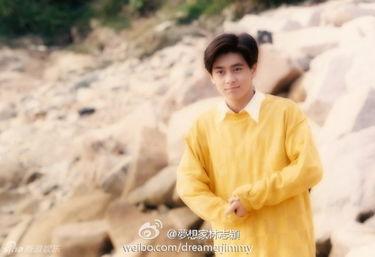 ...珍藏的私照作为福利感谢粉丝.照片中的小志穿著明黄色上衣,充...