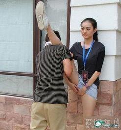 ...题 教练这样给美女模特压腿 你羡慕吗 天下最鄙视最无奈的眼神