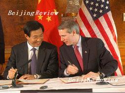 ...薄熙来(左)和美国贸易代表波特曼签署了《中华人民共和国政府与...