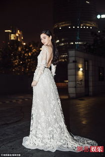 Angelababy穿白色礼服露白滑玉背 仙气十足