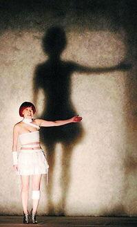 善智友的作品-26日晚,赖声川沉淀三年之久的舞台新作《如影随行》终于在上海展开...