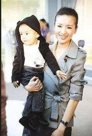 ...;漂亮妈妈董洁与可爱儿子-明星亲子 盘点明星们的亲子照