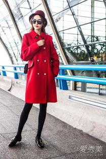 成为新一代带货女王了.穿上大红色呢子大衣,双排扣装饰经典不败,...