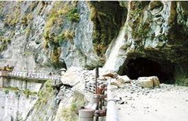 ...引发争议.图为九曲洞西侧入口处2007年发生落石意外.(来源:台...