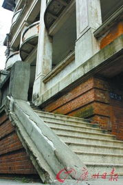 鬼凿墙-旧海关大楼底层柱子由特制的红砖堆砌而成.   建筑底层走廊的上方呈...