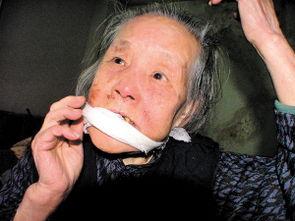 孔老太太告诉记者,歹徒闯进家中后,用胶带、纱布蒙住了她的嘴和眼...