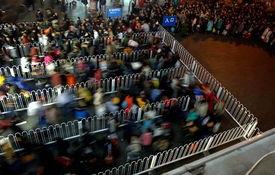 ...,旅客排队进入北京西站候车室.新春佳节日益临近,铁路春运客...