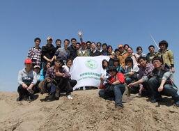...练营团队与民间治沙英雄万平老师在一起-30名未来绿领五一徒步12...