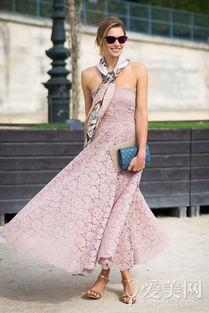 拿包+银色细带高跟鞋   搭配要点:黄色蕾丝网纱连衣裙+白色尖头宝石...