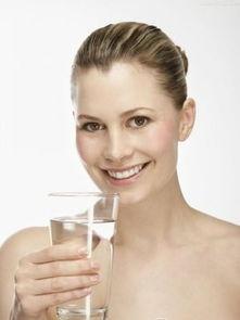 水或者淡茶水;蜂蜜水、豆浆、柠檬水等饮品也能适当喝些.洪昭光教...