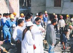 ...:地震发生后,张瑛与湖北医生集结开始奋战救人(资料图片,徐受...