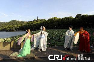 ...装爱好者在杭州西湖断桥上演绎白娘子与许仙的故事.将白娘子与许...