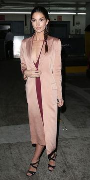 酒吧色色色色色色色www395aaacom- Lily Aldridge 每日型格:就让裸色带给你最柔软的红 酒红色的V领针织...