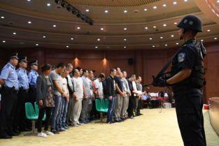26名黑社会人员受审     摄 -西安27人涉黑 团伙 老大 与妻子一同受审