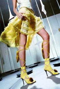 美女大胆露一腿 鱼网袜回归诱惑的年代