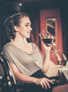 喝酒 女性 是为情所困,还是另有隐情