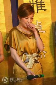年3月13日,上海,上海新天地梧... 一袭闪金晚礼裙现身的赵薇玩起了...