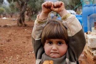 18岁动漫少女便器-...营中拍摄的.小女孩以为摄影师手中的相机是武器,便举起了双手.-...