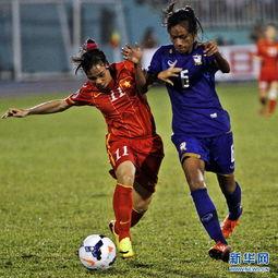 ...日,泰国队球员库恩帕特(右)在比赛中拼抢. 当日,在越南胡志明...